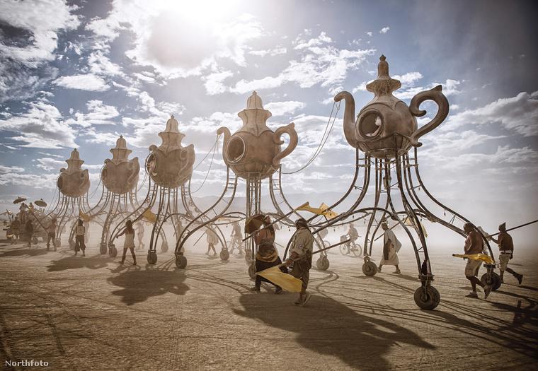 Ezek a steampunk építmények elég posztapokaliptikus hangulatot tudnak kelteni egy kis sivatagi kietlenséggel megtámogatva.