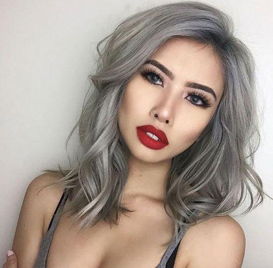 A sötét és világosabb árnyalatokkal keveredő füstös ezüst nagyon nőies, és igen figyelemfelkeltő szín.