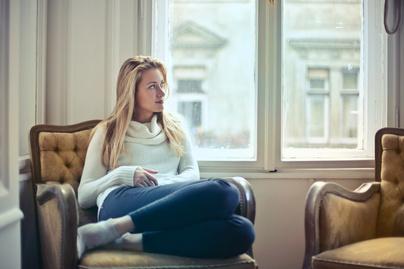 nő kanapé szőke gondolkozik ül