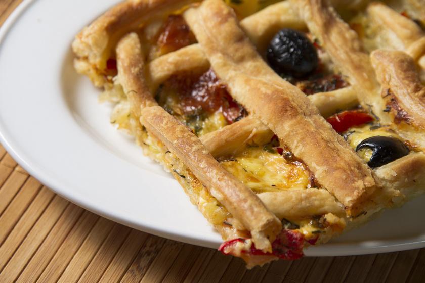 Omlós, sajtos-zöldséges pite rácsozva, ha valami újat is kipróbálnál