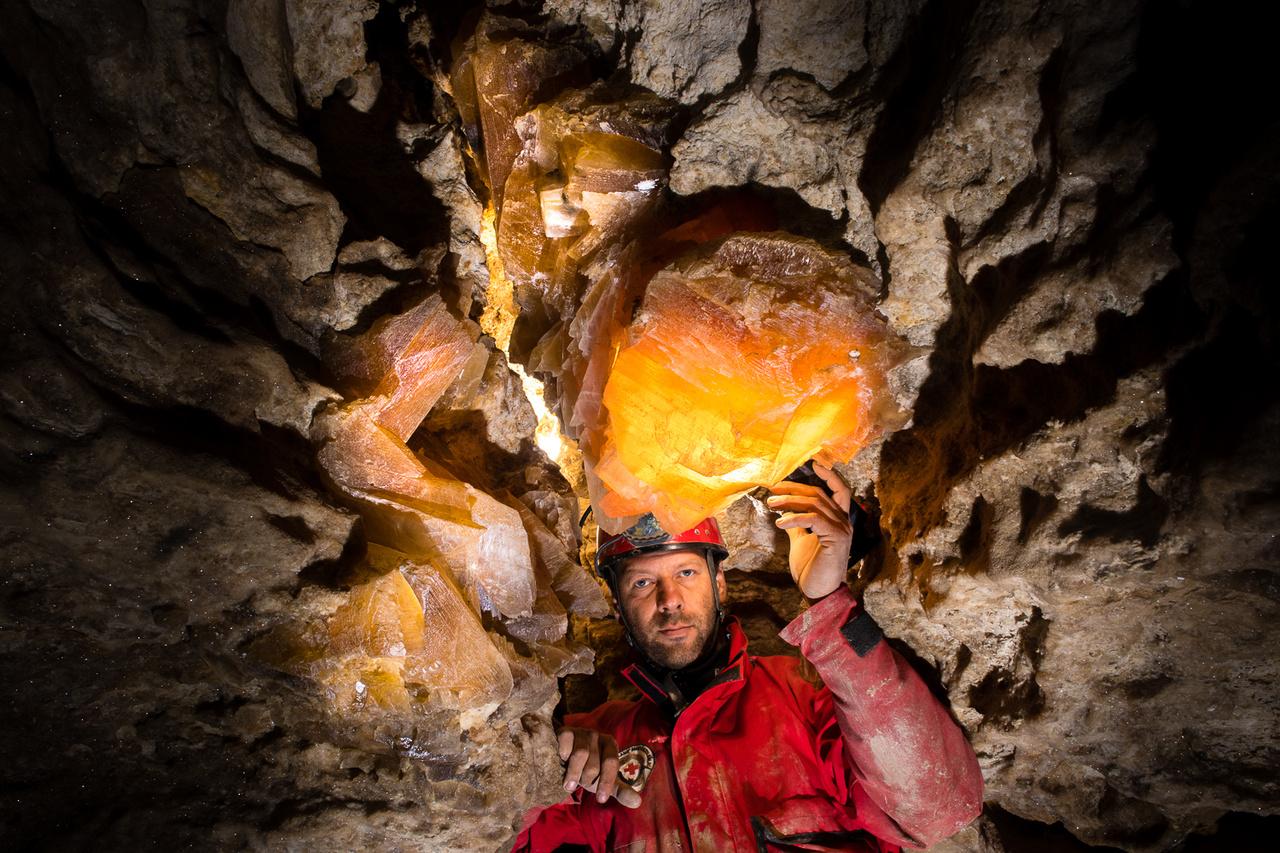 A Podóliai gipszbarlangok legkülönlegesebb képződményei a barlang befoglaló kőzetében található hatalmas méretűre nőtt szelenit kristályok.