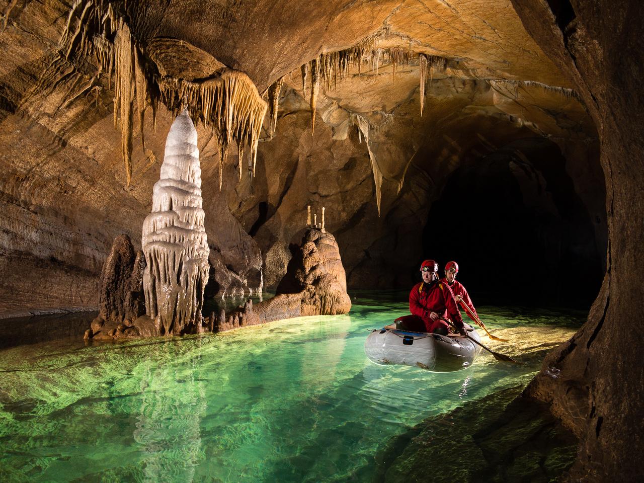 A Krizna Jama barlang csak speciális csónakok segítségével látogatható. A 45 darab smaragdzöld, kristály tiszta, föld alatti tavon átevezve tekinthetjük meg a barlang leglátványosabb járatait, amely akár több mint 8 órát is igénybe vehet.