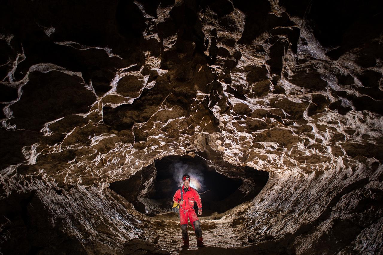 Az Ukrajnában található Podóliai hátság gipszbarlangjairól nevezetes. Az itt található barlangok közös tulajdonsága, hogy néhány négyzetkilométeres területen akár több száz kilométer hosszú, szövevényes, labirintusszerű járathálózatot alkotnak, melyekben nagyon jellegzetes járatszelvények láthatóak.