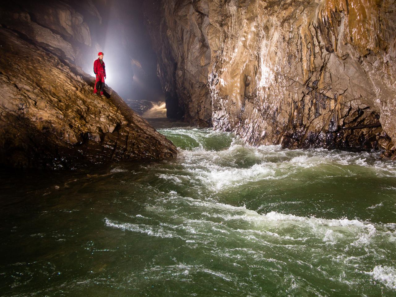 A világ legnagyobb földalatti kanyonjaként ismert, a világörökségi listán is szereplő Skocjan barlang mélyén haladó sebes folyású barlangi folyó vízszintje, árvíz idején akár 90-100 méterrel is meg tud emelkedni néhány óra leforgása alatt.