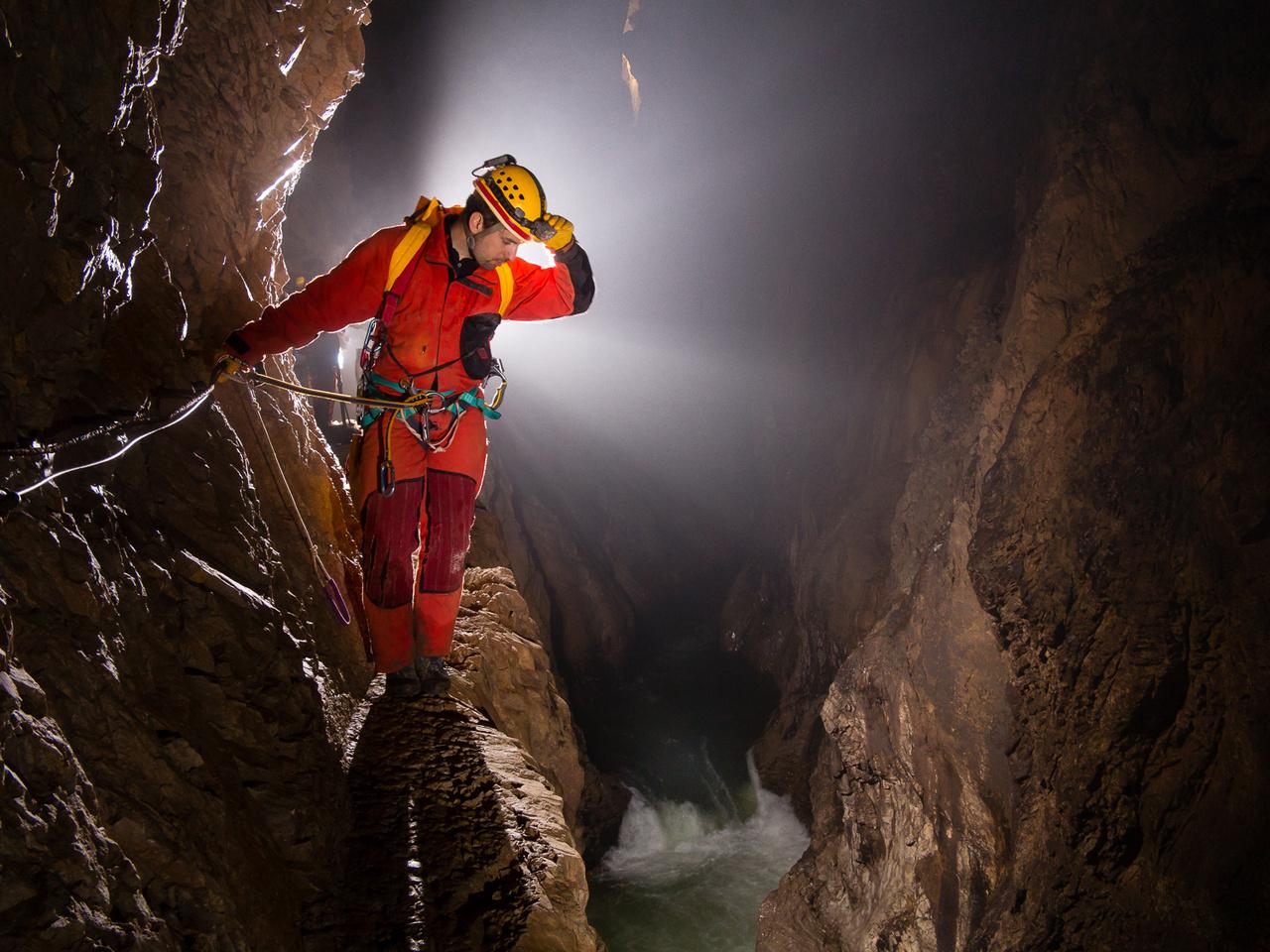 A szlovéniai Skocjan-barlangban évente több százezer látogatót ejt ámulatba az 80-100 méter magas folyosókban dübörgő víz, de a látogatók által elzárt részek is hasonlóan monumentálisak. A barlang végpontjához néhol csak a több tíz méteres magasságban futó, keskeny, drótkötéllel biztosított párkányokon lehet eljutni.