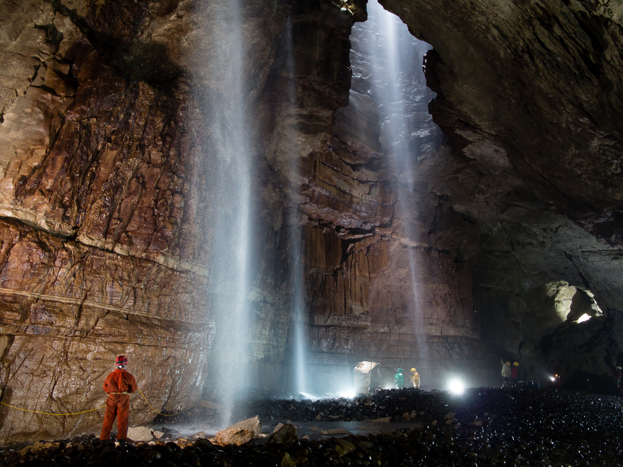 Az angliai Yorkshireben található Gaping Gill barlang, melybe a felszínről Európa legnagyobb föld alatti vízesései hullnak alá.
