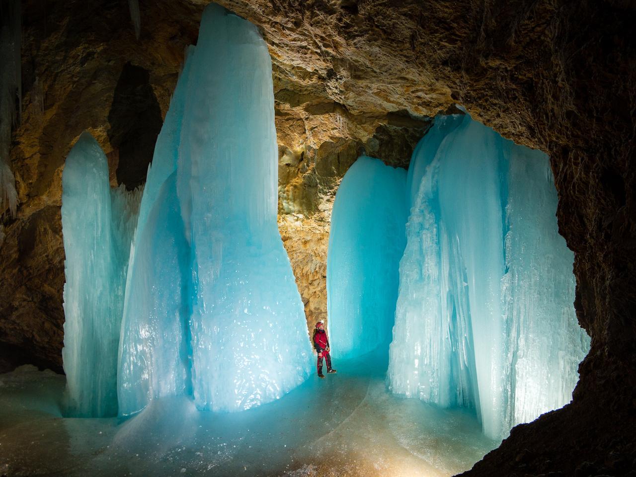Az ausztriai Tennengebirge közel 2000 méter magasságban húzódó platója több jeges barlangot is rejt magában. Ezekben a barlangokban a változatos jégképződmények elsősorban a tavaszi hóolvadás során befolyó vizekből formálódnak, de sajnos évről évre itt is megfigyelhető a jégképződmények folyamatos csökkenése.