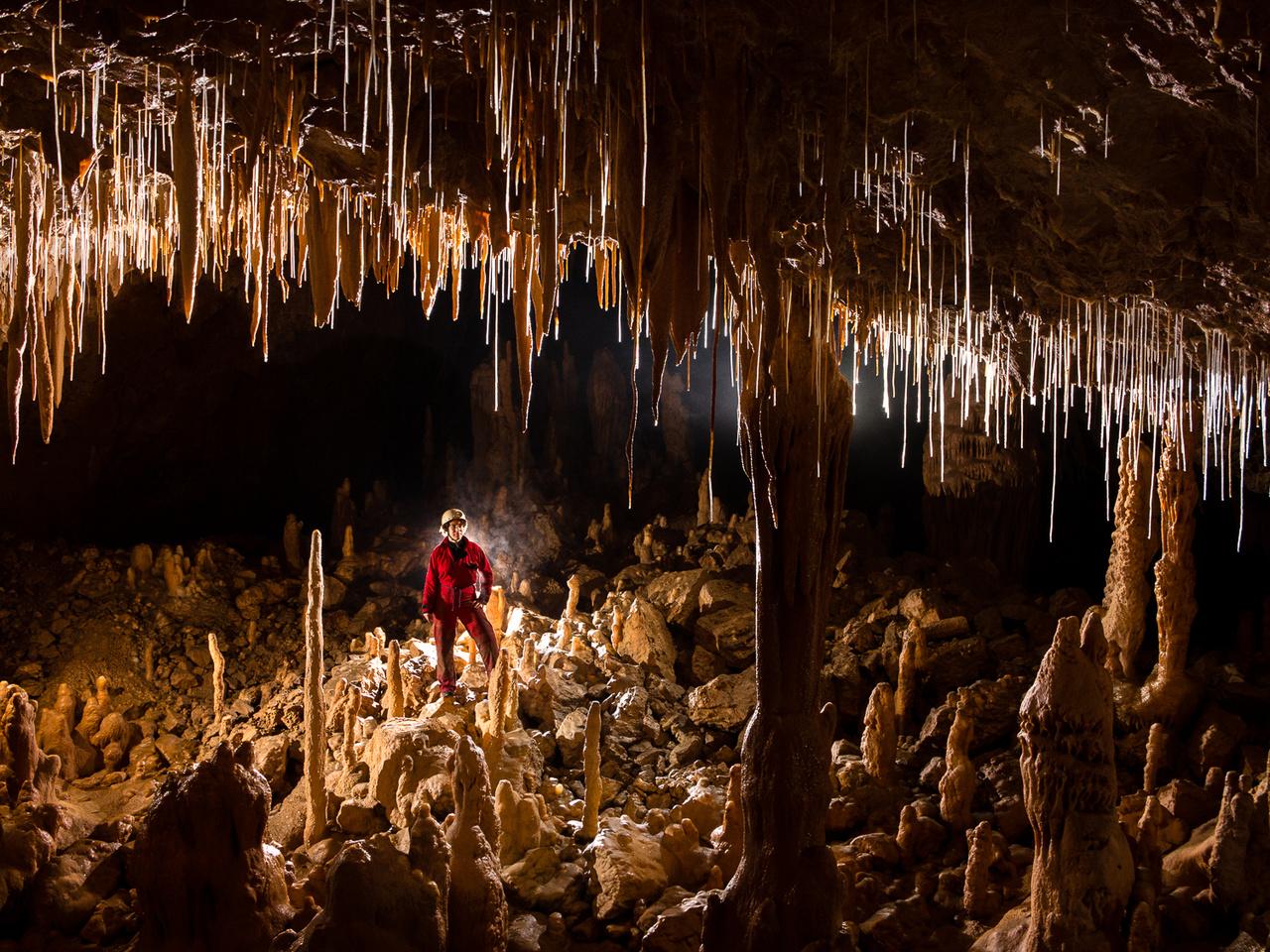 A mészkőhegységek formakincsére jellemző karsztjelenségeket és a barlangok kialakulását a szlovéniai Karszt-hegységből írták le, és innen származik a tudományág által használt terminológia is. A vékony és áttetsző szalmacseppkövek jelentik a cseppkőképződés egyik első fázisát.