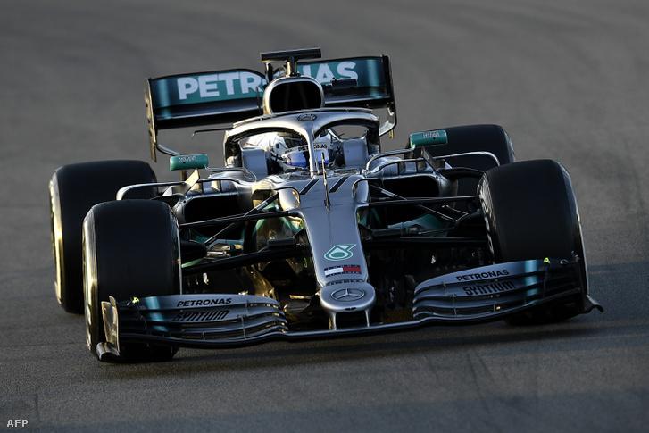 Valtteri Bottas a második verziójú Mercedesben a barcelonai kollektív teszt hatodik napján