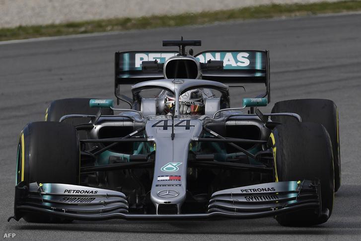 Lewis Hamilton a barcelonai teszt első hetén az első verziójú Mercedesben