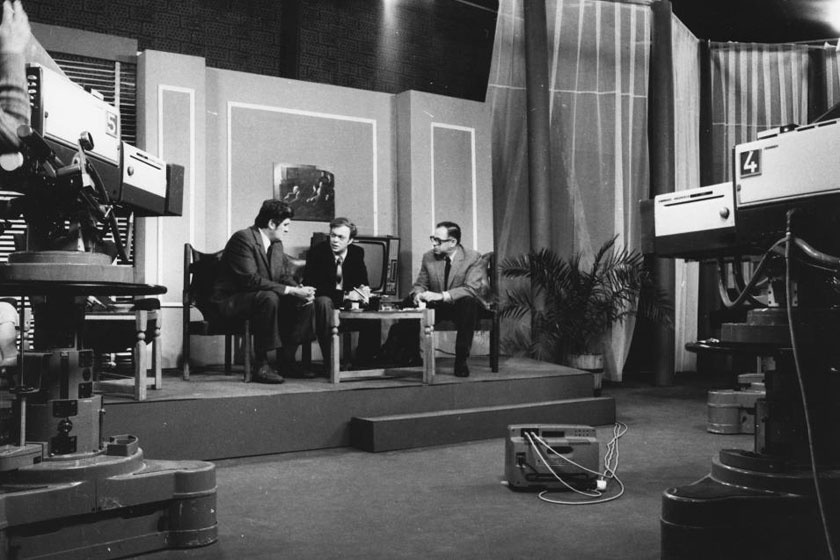 Baló György (középen) a 25 éves Magyar Televíziót bemutató tévésorozat forgatásán Kelemen Endre szerkesztő-műsorvezetővel és Bokor Péter rendezővel.
