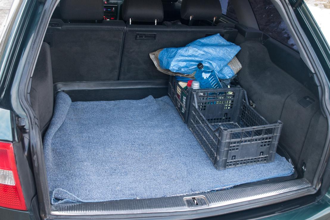 A két rekesz elvész a 455 literes csomagtartóban. Ledöntött ülésekkel 1590 litert kapunk, egy matraccal fekhelynek is ideális