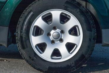 Gyári 15-ös Audi-felni, a 195/65 R15-ös gumik kommersz méretnek számítanak, ezért nem is túl drágák
