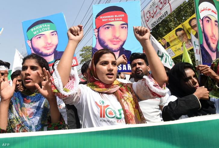 Pakisztáni nők Buhrán Váni halálának második évfordulóján tüntettek Kasmírban 2018. július 8-án.