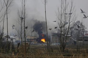 Lakóházak égnek, ahol feltehetőleg muzulmán szakadár fegyveresek húzták meg magukat az indiai katonákkal vívott tűzharc közben a vitatott hovatartozású Dzsammu és Kasmír indiai szövetségi állam nyári fővárosától, Szrinagartól délre fekvő Pulvamában 2019. február 18-án