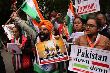 A Nemzeti Akali Dal párt aktivistái ünnepelnek Újdelhiben 2019. február 26-án, mert az indiai légierő megelőző légicsapást hajtott végre iszlamista fegyveresek táborai ellen pakisztáni területen.