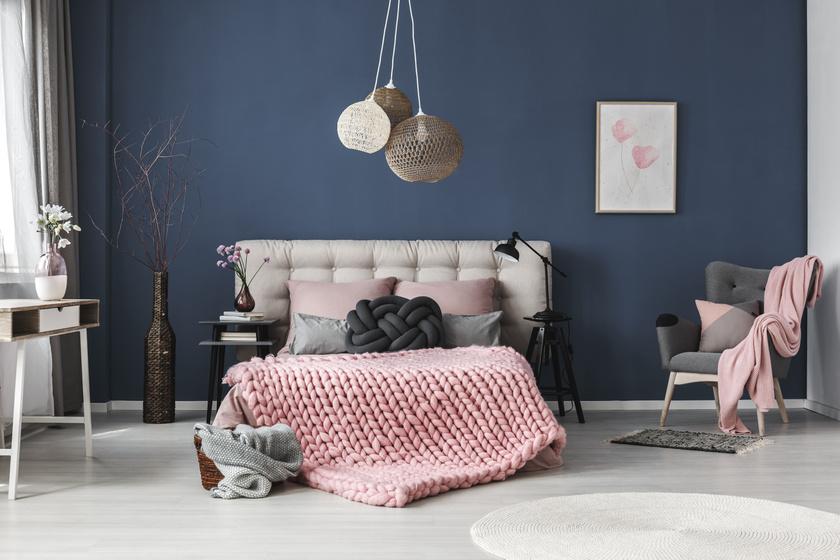 Egy vibráló szín azonnal fókuszt teremt a szobában. Bármi, amit az ember egy ilyen módon kiemelt fal elé helyez, a figyelem középpontjába kerül. A képen a törtfehér és a rózsaszín ügyes színválasztás az ágynak, mert a kontrasztnak köszönhetően szinte kiugrik a kék falból.