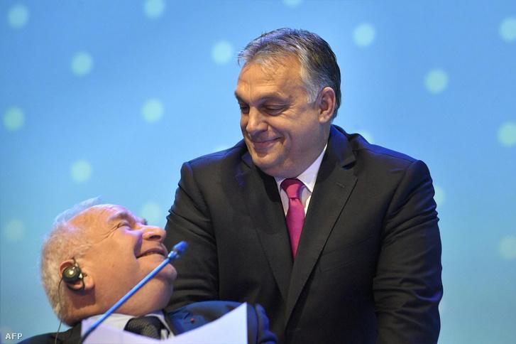 Joseph Daul, az Európai Néppárt vezetője és Orbán Viktor, az EPP kongresszusán Helsinkiben 2018. november 8-án.