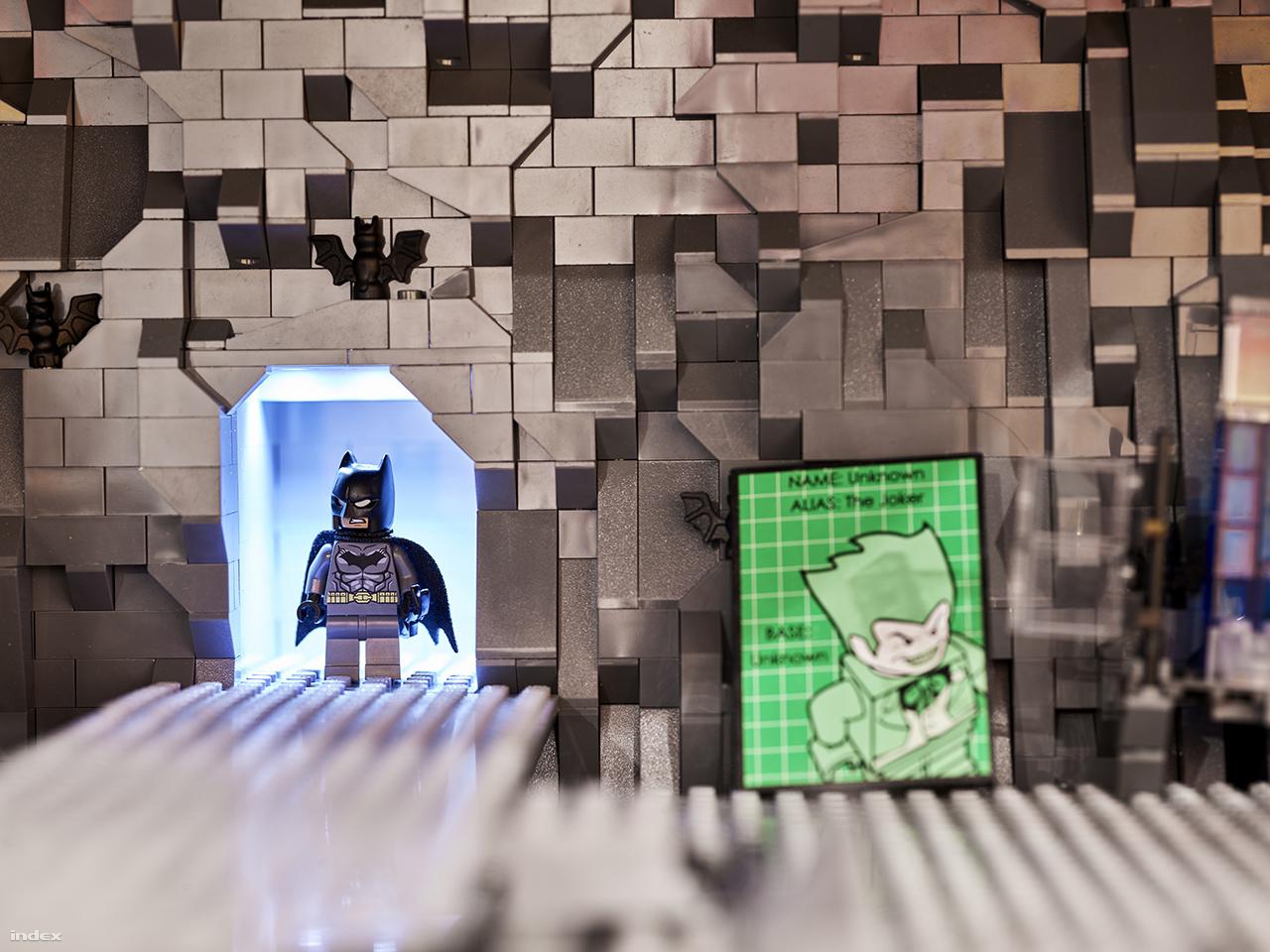 Úgy gondoltuk, külön fotót érdemel a denevérbarlang sarkában feltűnő morcos Batman.