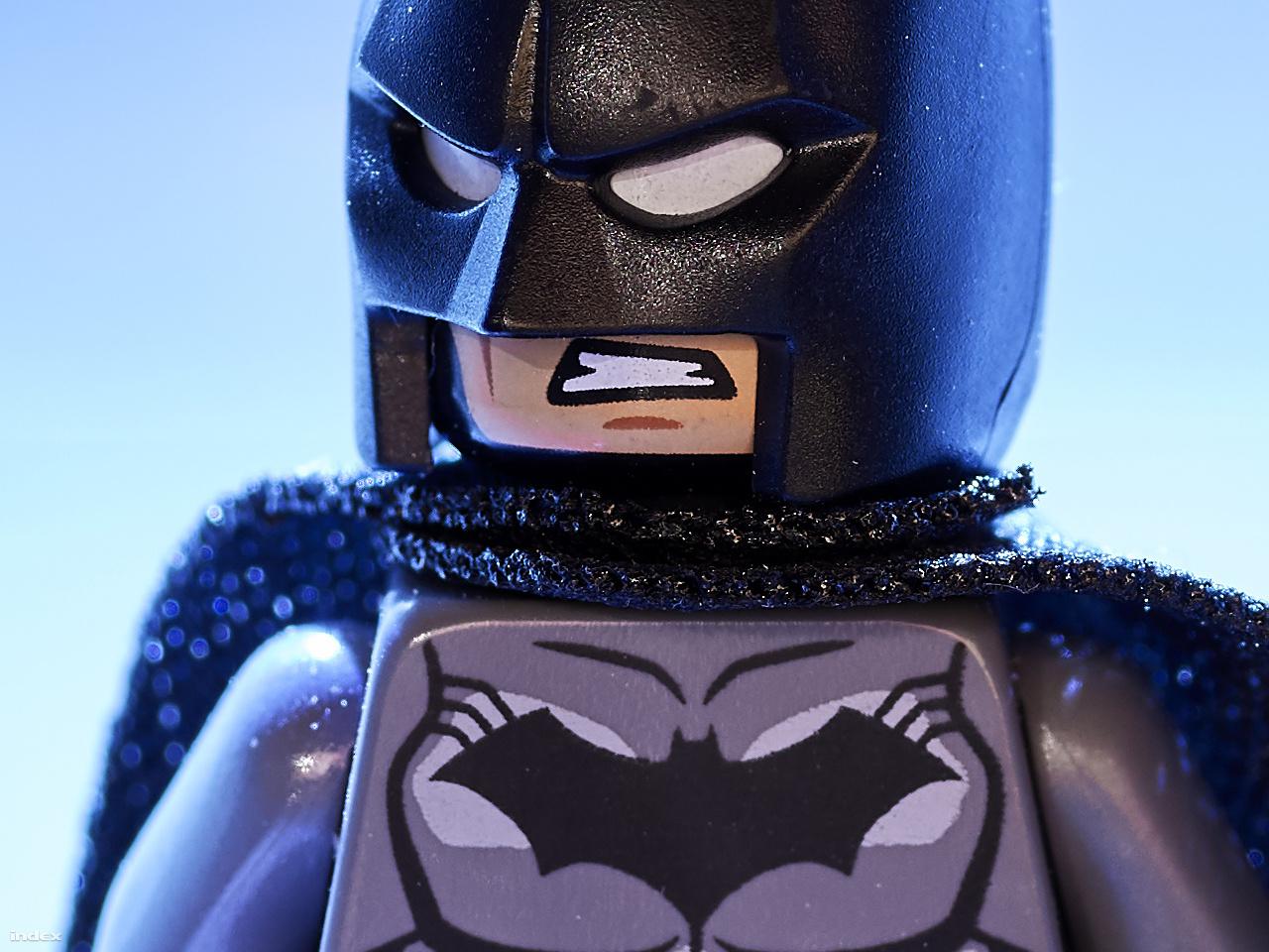 Ilyen nagyításban talán még senki nem látott Lego Batman figurát – 100 százalékos képkivágás a fenti fotó 150 megapixeles eredetijéből.