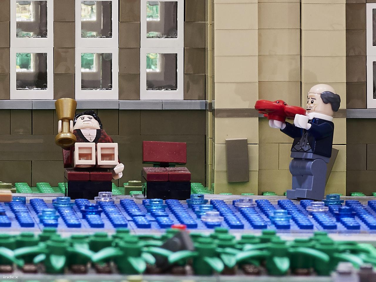 Wayne úrfinak homárt szolgál fel hűséges inasa, Alfred – 100 százalékos képkivágás a fenti fotó 150 megapixeles eredetijéből.