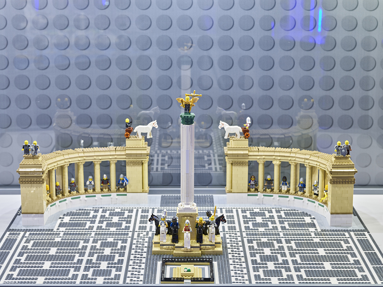 Budapest építészeti szimbólumai, nevezetességei közül a Parlament és a Hősök Tere látható a kiállításon.