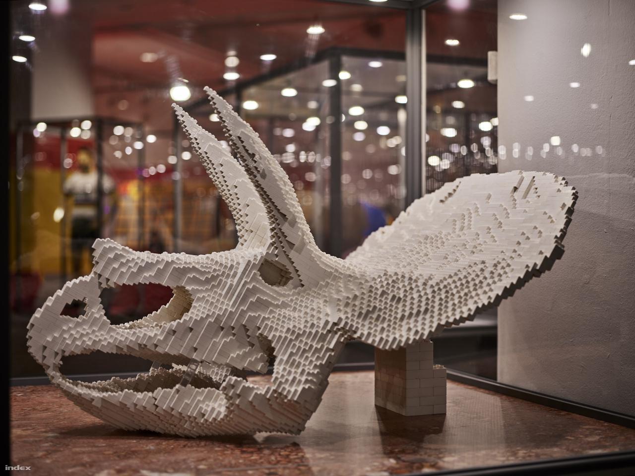 68 millió évvel ezelőtt éltek a földön a triceratopsok. A Kréta-kor nevezetes őshüllőjének Legoból készült koponyáját először 3D-s szoftverrel alkották meg, majd Lego-tervező programmal realizálták a végső építési tervet.