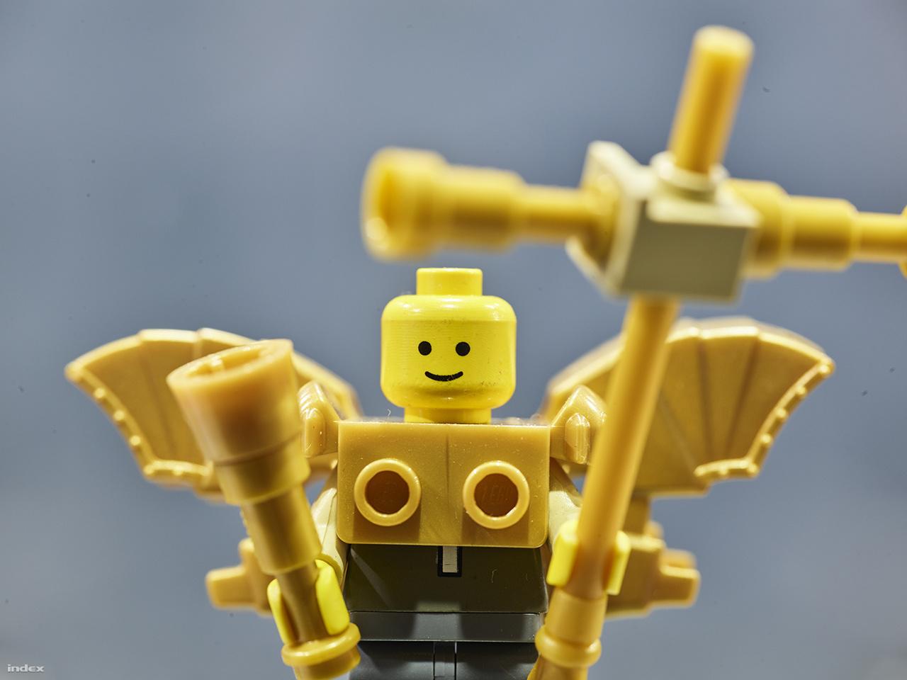 Részlet a Lego Hősök teréből: Gábriel arkangyal, a Millenniumi emlékmű 36 méter magas központi oszlopán álló szobrának minifigurába oltott mása.