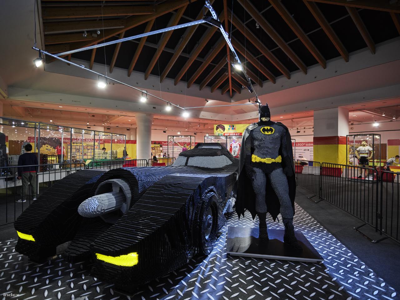 A kiállítás másik monumentális darabja az 1:1 arányú Batmobil (900 000 kockából építették, hossza 7 méter) és mellé az életnagyságú Batman (70 000 kockából), a Tim Burton-féle 1989-es mozifilmből.