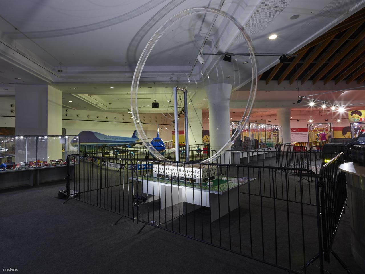 A világ legnagyobb Lego kockákból épített, működőképes óriáskereke is látható a kiállításon. 4 méter magas, teljes mértékben Lego-elemekből készült (beleértve a kerék küllőit is), a kerékben sincs semmilyen merevítő szerkezet, a meghajtó motor is Lego-gyártmány. Ha minden jól megy, rekorderként bekerül az idei Guinness rekordok könyvébe.