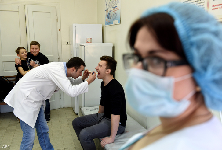 Kamaszokat vizsgálnak a kanyaró elleni oltás beadása előtt Ukrajnában 2019. február 19-én
