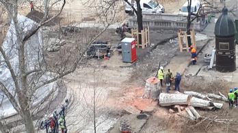 Az önkormányzat szerint életveszélyes volt a Vörösmarty téren kivágott fa