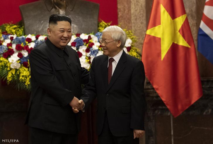 Nguyen Phu Trong vietnami elnök (j) és Kim Dzsong Un észak-koreai vezető kezet fog a hanoi elnöki palotában 2019. március 1-jén.
