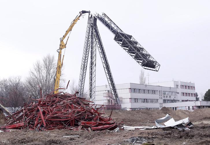 Munkagép elvágja az utolsó lámpatartó oszlopot a kispesti Bozsik József Stadion bontásán