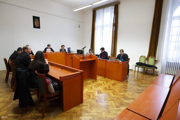 Balla Barbara bírónő (b) az ítélet indoklását ismerteti, jobbra az üres, vádlottak padja az MVM Zrt. tulajdonában álló Paksi Atomerőmű Zrt. volt vezérigazgatója, Kocsis István és öt társa ellen bűnszervezetben elkövetett, különösen jelentős vagyoni hátrányt okozó hűtlen kezelés miatt indult büntetőperben a Kaposvári Törvényszéken 2018. március 8-én, az úgynevezett MVM-perben.