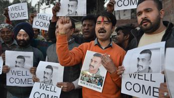 Pakisztán átadta az indiai pilótát, akinek lelőtték a gépét