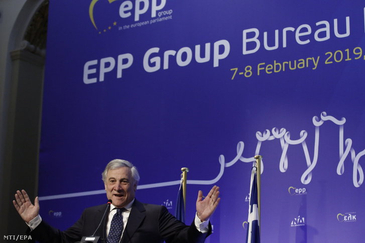 Antonio Tajani, az Európai Parlament elnöke beszédet mond az uniós testület néppárti (EPP) frakciójának vezetőségi ülésén Athénban 2019. február 8-án