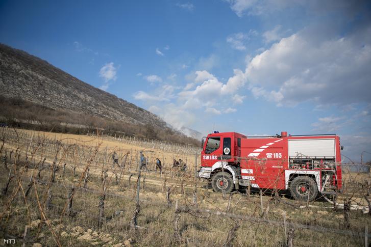 Tűzoltóautó a leégett száraz aljnövényzet közelében a villányi borvidékhez tartozó Nagyharsány külterületén 2019. március 1-jén.