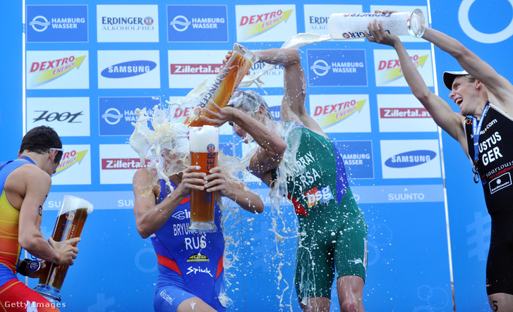 Triatlonisták öntik le egymást sörrel a hamburgi triatlonon 2012. július 21-én.