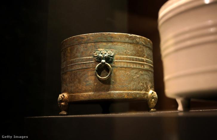 Illusztráció! Han-dinasztia idejéből származó tároló edény