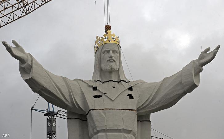 A lengyelországi Krisztus király szobor építése 2010-ben.