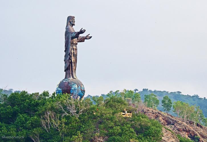 A földgolyón álló Jézus szobra.