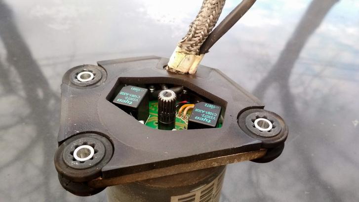 Itt látszik az elektronika, a két fekete kocka a bőnös (vagy nem bűnös) irányváltó relé. Az újabb verziókon ezt félvezetős megoldással váltották ki
