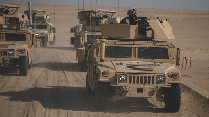 Humveek a sivatagban
