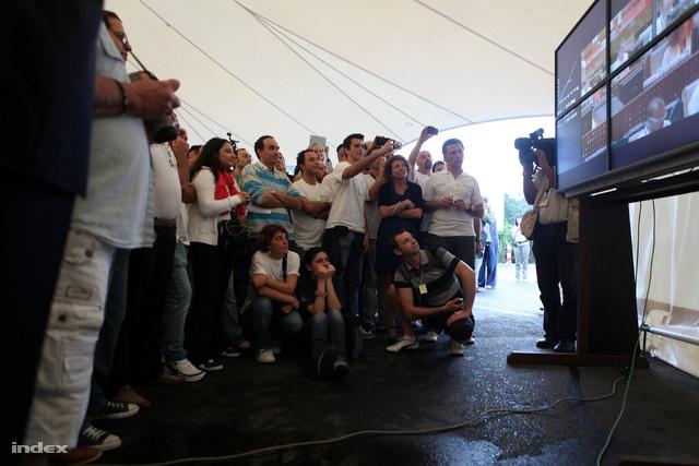 Szurkoló, ünneplő olaszok figyelik az irányítóközpontból sugárzott közvetítést.