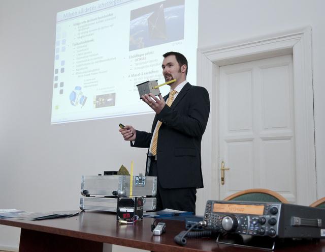 2011. május 9. Budapest. Horváth Gyula a Masat-1 mérnöki példányát mutatja be a Nemzeti Erőforrás Minisztériumban.