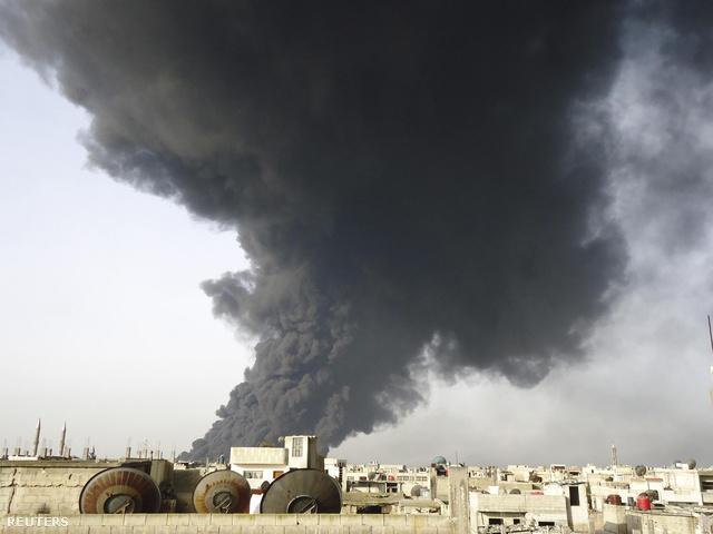 Füst gomolyog a felrobbantott Homsznál felrobbantott olajvezetékből