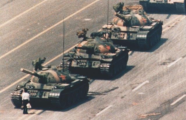 1989. Demonstrátor néz farkasszemet tankokkal a pekingi Tienanmen téren, miután a kínai Néphadsereg a demokratikus reformokat követelő tüntetések véres elfojtása mellett döntött.
