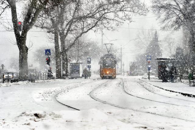A külvárosban mostanáig 2-5 centiméter hó esett, a belvárosban csak nemrég kezdődött az intenzív havazás. A fővárosi utak járhatóak.