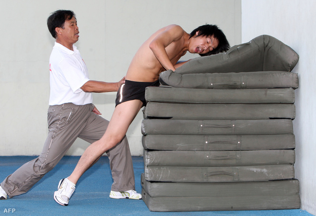 Fang Suj Qan, a kínai atlétika mesteredzője készíti fel tanítványát a 110 méteres gátfutásra